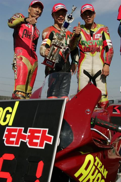 表彰台でのライダーたち!ねんきの入ったツナギです・・